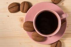 Kaffe i en svart rånar med kakor på den lantliga tabellen Royaltyfri Fotografi