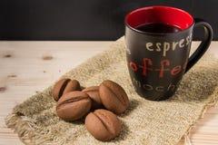 Kaffe i en svart rånar med kakor på den lantliga tabellen Royaltyfri Foto