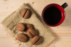 Kaffe i en svart rånar med kakor på den lantliga tabellen Royaltyfria Bilder