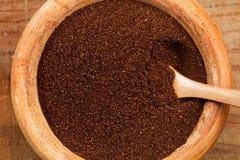 Kaffe i en träbunke Arkivbild