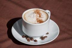 Kaffe i en vit kuper Royaltyfria Bilder