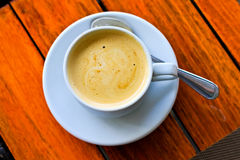 Kaffe i exponeringsglas på trätabellen royaltyfri bild