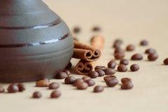 Kaffe i jezve och kaffe royaltyfria foton