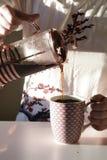 Kaffe i kök royaltyfria bilder