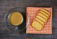 Kaffe i koppar och brödkex royaltyfria bilder