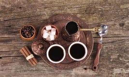 Kaffe i kopparkustfartyg med tillbehör för kaffe-dricka nolla Arkivfoton