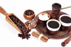 Kaffe i kopparkustfartyg med tillbehör för kaffe-dricka nolla Arkivbilder