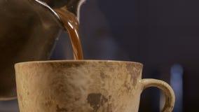 Kaffe i korn och maskin stock video