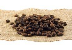 Kaffe i korn som isoleras på en white Arkivfoton
