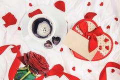 Kaffe i säng för älskad Royaltyfri Fotografi