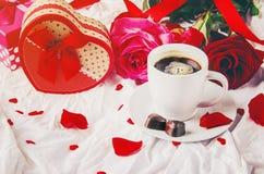 Kaffe i säng för älskad Arkivfoto