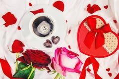 Kaffe i säng för älskad Royaltyfria Bilder