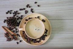 Kaffe i träkopp med mjölkar arkivbilder
