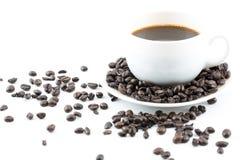 Kaffe i vita kopp- och kaffebönor Arkivfoton