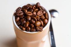 kaffe innehåller det realistiska fotoet för ingreppet för bilden för korn för designelementlutningen Fotografering för Bildbyråer