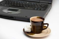 kaffe isolerade bärbar dator Royaltyfria Foton