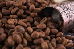 Kaffe kärnar ur med den traditionella molar Arkivfoto