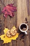 Kaffe, kakor och höstsidor Arkivfoton