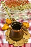 Kaffe-krukan sörjer på att baka för service och för jul Arkivfoton