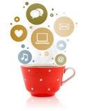 Kaffe kuper med samkväm, och massmediasymboler i färgrikt bubblar Royaltyfria Bilder