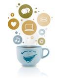 Kaffe kuper med samkväm, och massmediasymboler i färgrikt bubblar Royaltyfri Bild