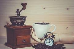 Kaffe kuper mycket av kaffebönor Royaltyfria Foton