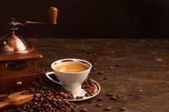 Kaffe kuper och bönor Fotografering för Bildbyråer