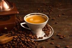 Kaffe kuper och bönor arkivfoton