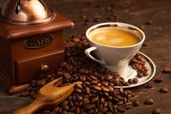 Kaffe kuper och bönor arkivbilder