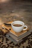 Kaffe kuper och kaffebönor Arkivbilder