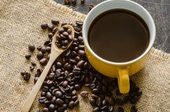 Kaffe kuper och kaffebönor Arkivfoto