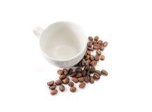 Kaffe kuper och kaffebönor arkivfoton