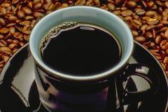 Kaffe kuper och kaffebönor Fotografering för Bildbyråer