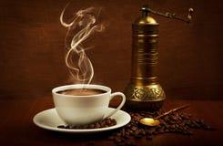 Kaffe kuper och mal arkivfoton