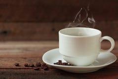 Kaffe kuper på ett trä bordlägger Royaltyfri Foto