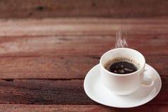 Kaffe kuper på ett trä bordlägger Arkivfoto