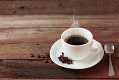 Kaffe kuper på ett trä bordlägger Royaltyfri Bild