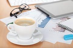 Kaffe kuper på samtida arbetsplats royaltyfri fotografi