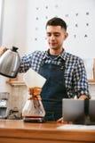 Kaffe Mandanandedrink i kafé royaltyfri foto