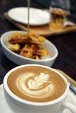 Kaffe med blommakonst med bakgrund av dillandear Royaltyfri Fotografi