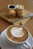 Kaffe med blommakonst med sconeser och driftstopp Royaltyfri Fotografi