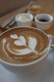 Kaffe med blommakonst med sconeser och driftstopp Arkivfoton