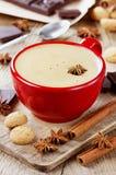 Kaffe med choklad, ljusbruna kakor och kryddor royaltyfria bilder