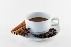 Kaffe med den kanelbruna pinnen och stjärnaanis som isoleras på vit Arkivbilder