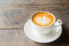 Kaffe med den vita koppen på den wood bakgrunden Royaltyfria Bilder
