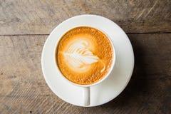 Kaffe med den vita koppen på den wood bakgrunden Fotografering för Bildbyråer
