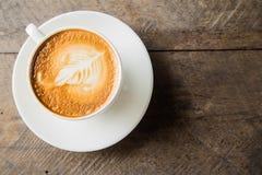 Kaffe med den vita koppen på den wood bakgrunden Arkivfoton