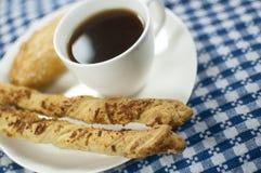 Kaffe med empanada- och ostpinnar Arkivfoton