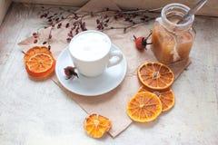 Kaffe med en mejerihud på ett magasin Royaltyfri Fotografi