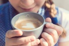 Kaffe med förälskelsehjärta Arkivfoton